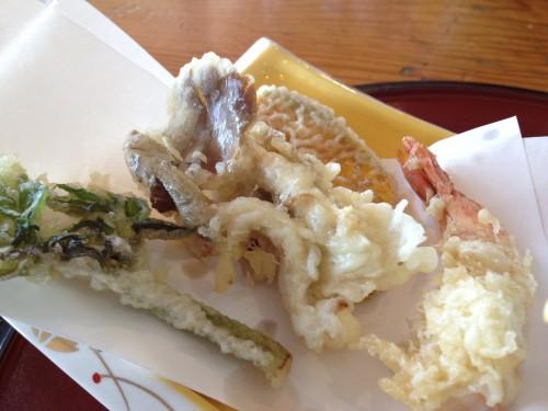 プリっぷりのえびと山菜の天ぷら